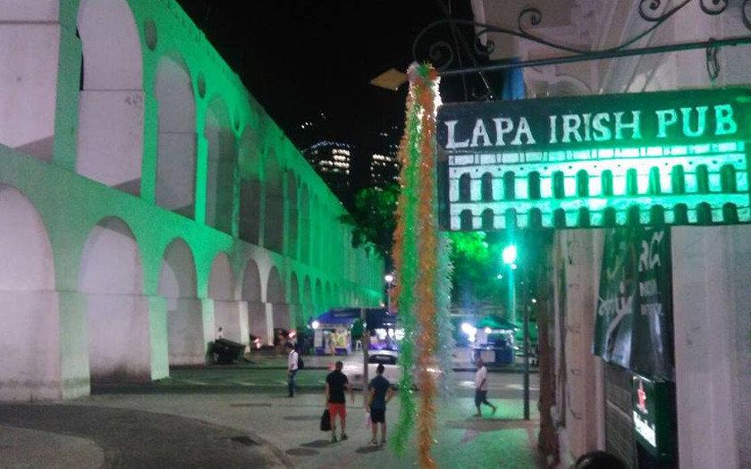 Entrada do Lapa Irish Pub e os Arcos da Lapa (Reprodução   Facebook oficial) 25be4453df895