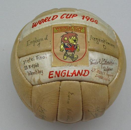 A bola Slazenger Challenge 4-Star foi fabricada por uma marca inglesa e  possuía 24 gomos. f87283e23df4f